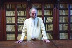 Президент Марченаро в старой библиотеке